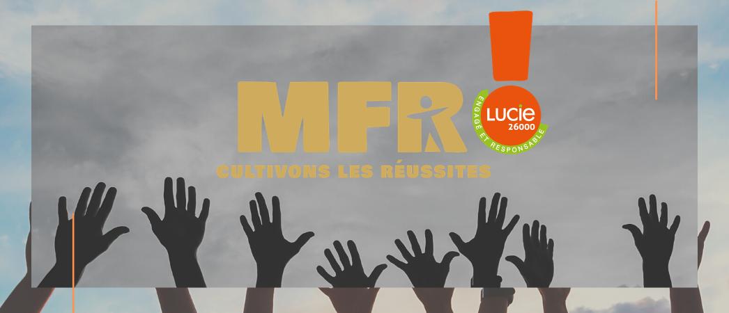 Mains en l'air sur fond de ciel avec le logo des MFR et du Label LUCIE 26000